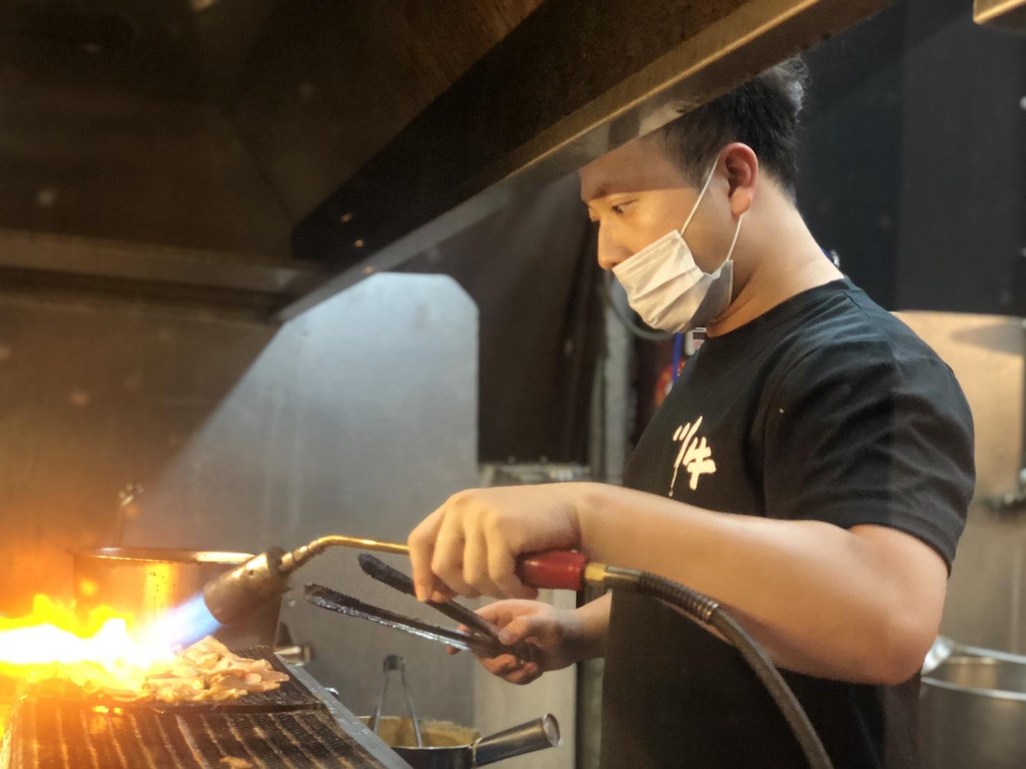 川牛木石亭加盟主Sam 拿起烤肉夾,加入川牛的團隊,專注學習,領軍攻佔北台灣市場