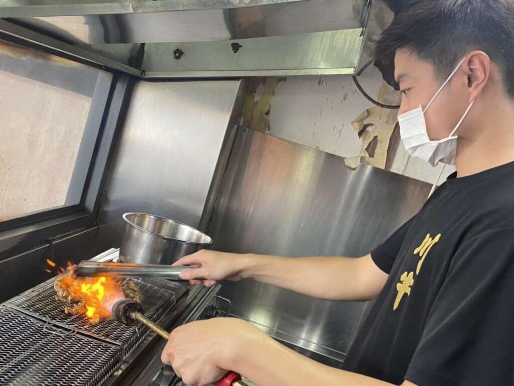 川牛木石亭桃園龍潭店加盟主阿傑熟練地使用直火噴烤肉